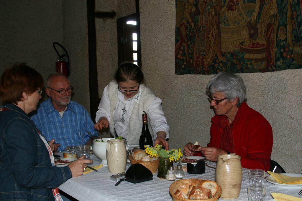 ...bis Madame Demure den Coq au vin serviert