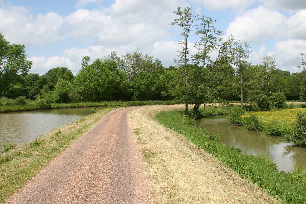 Treidelpfad zwischen Kanal und dem Flüsschen Aron