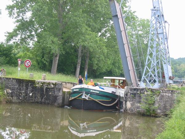 Fitnessprogramm für die Crew (durch Brücke verdeckt) – Hebebrücke über den Nivernais