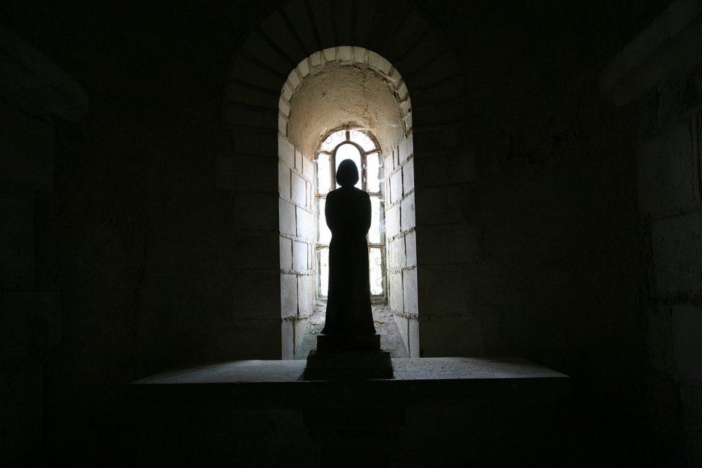 Mystische Stimmung in der Krypta der Kirche von Châtel-Censoir