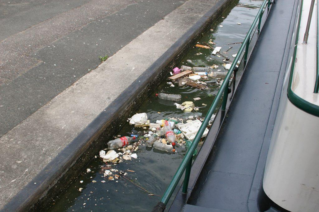 Schleuse im Canal St-Denis. Unter der Wasseroberfläche ist es noch viel schlimmer!