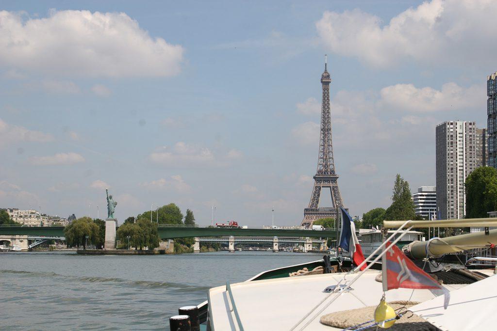 Blick von der Seine auf Freiheitsstatue und Eiffelturm...