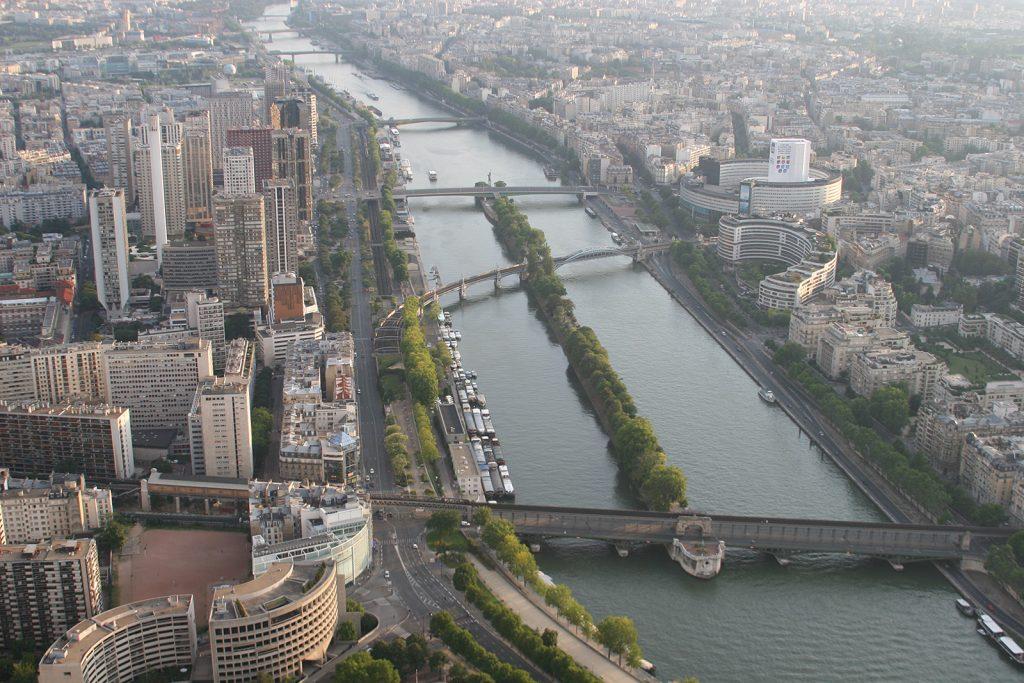 ...und umgekehrt: Blick vom Eiffelturm auf Seine und Freiheitsstatue