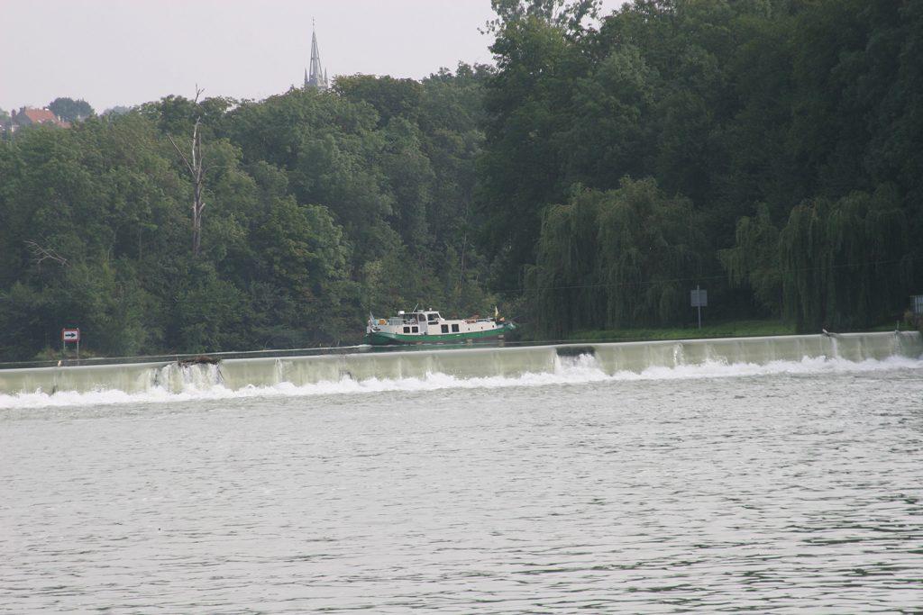Ein Flusswehr in der Marne