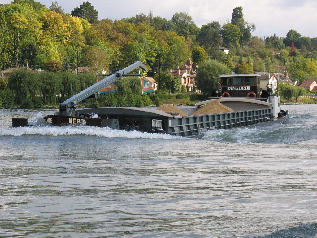 Der gleiche Schiffstyp, voll beladen (Foto Peter Vögtlin)