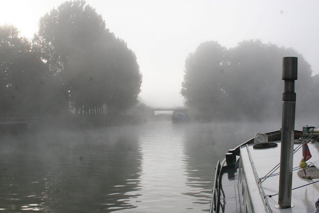 Morgennebel vor der Schleuse in den Canal du Loing