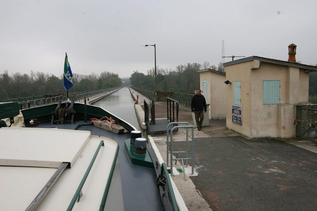 Auf der Kanalbrücke von Le Guétin