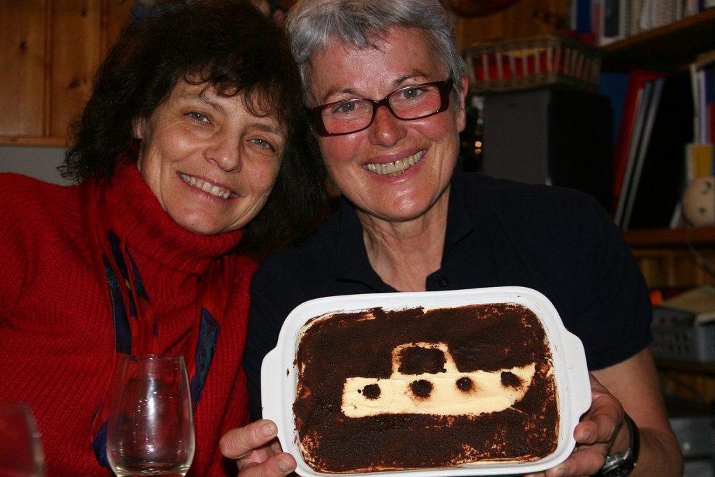Die stolze Schiffsköchin mit ihrem Tiramisù (hier zusammen mit unserer Schiffsnachbarin Sally Andrews)