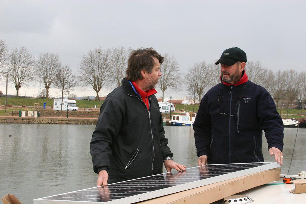 Christian und unser kanadischer Schiffsnachbar Foster begutachten ein Solarmodul