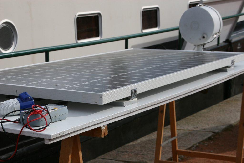 Ein fertig montiertes Solarmodul