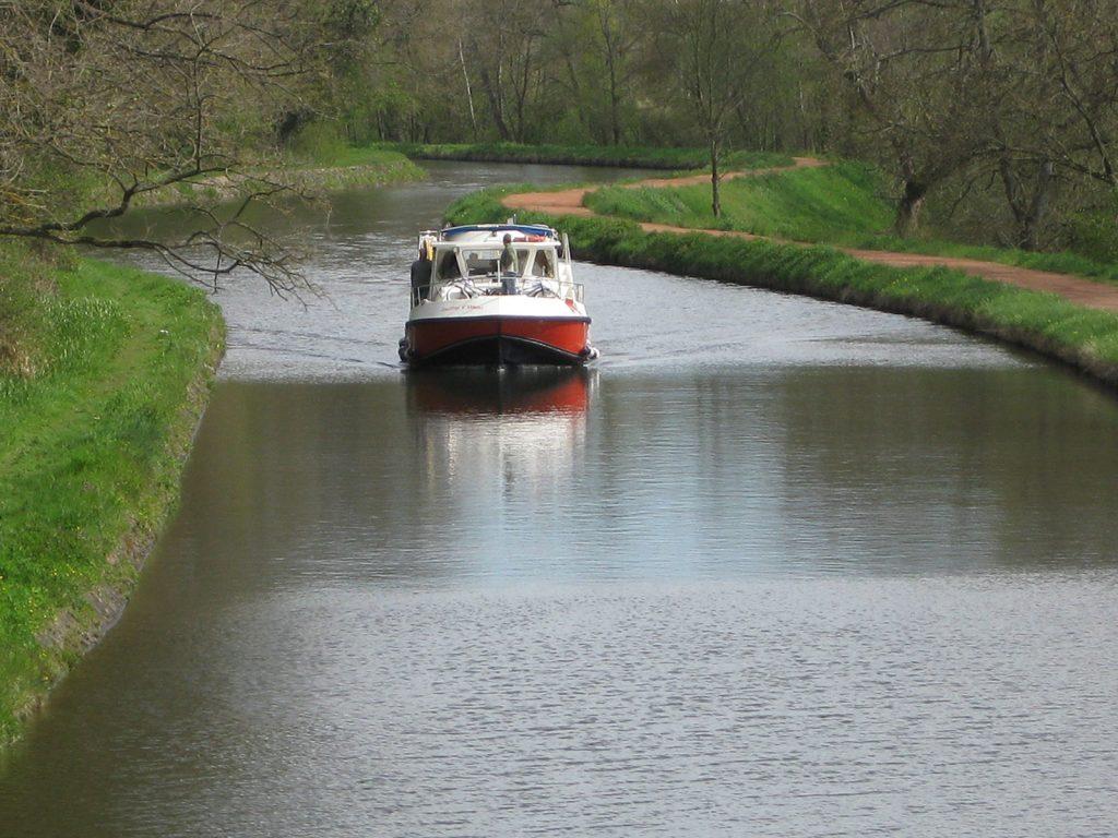 Die ersten Mietboote kommen kanalaufwärts