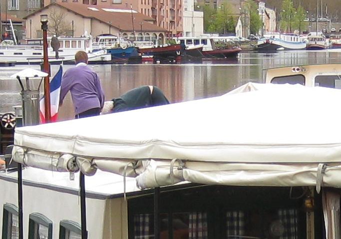 Two Barge Bob beugt sich immer weiter vor...