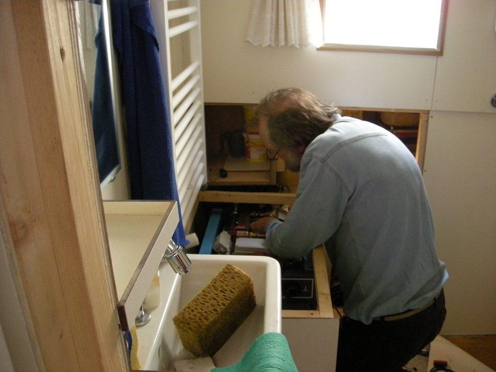 Jeff Renel flickt unseren Heisswasserschlauch
