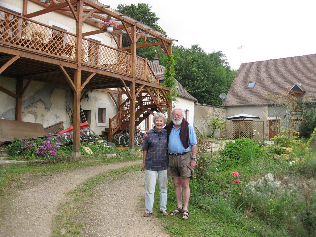 Ruth und Guy Toye vor ihrem Haus