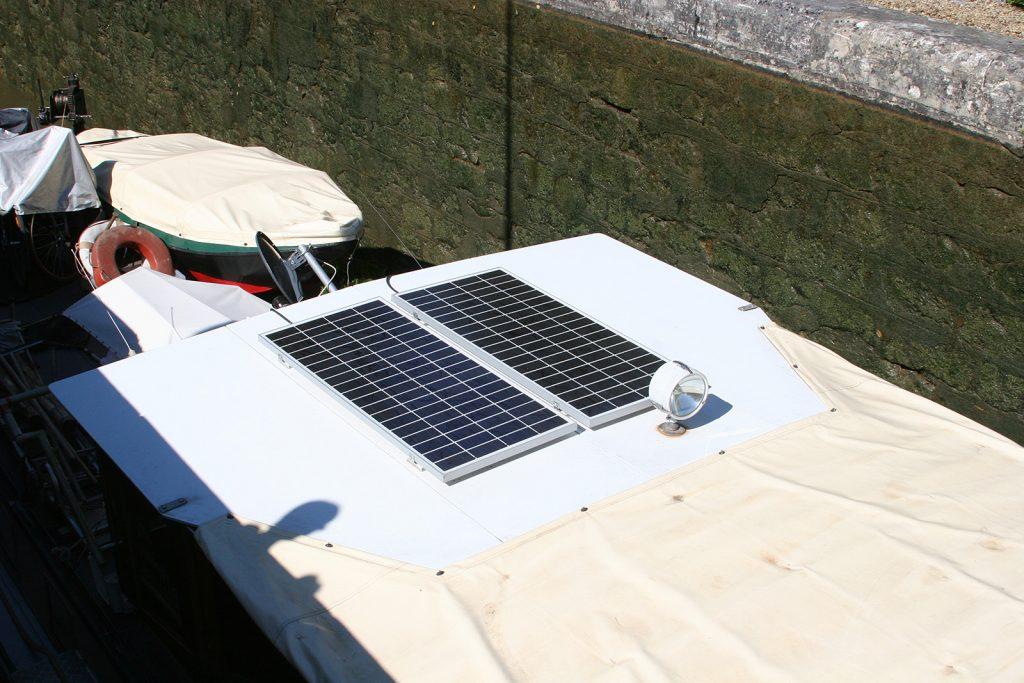 Die Solarzellen auf dem Steuerhausdach