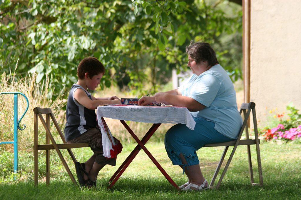 Die Schleusenwärterin von Beaumoulin mit ihrem Enkel beim Spielen