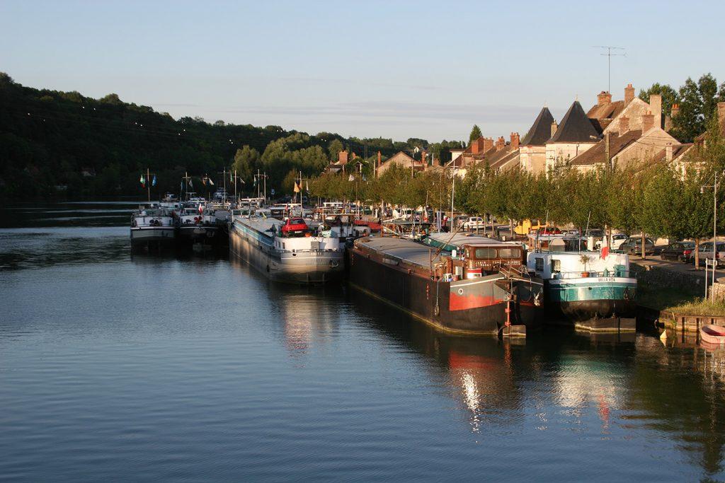 Frachtschiffe in Saint-Mammès
