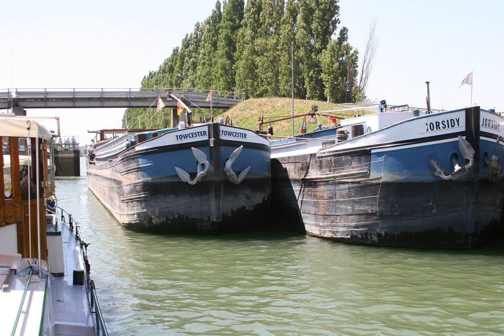 In der Schleuse von Varennes auf der Seine