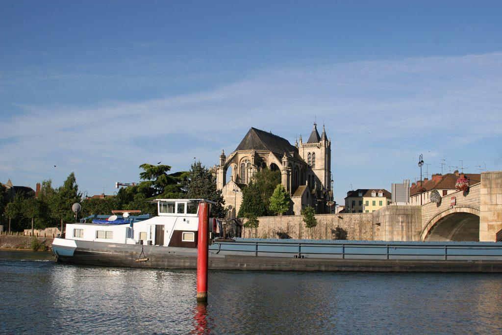 Die Kirche von Montereau mit dem Fluss Yonne