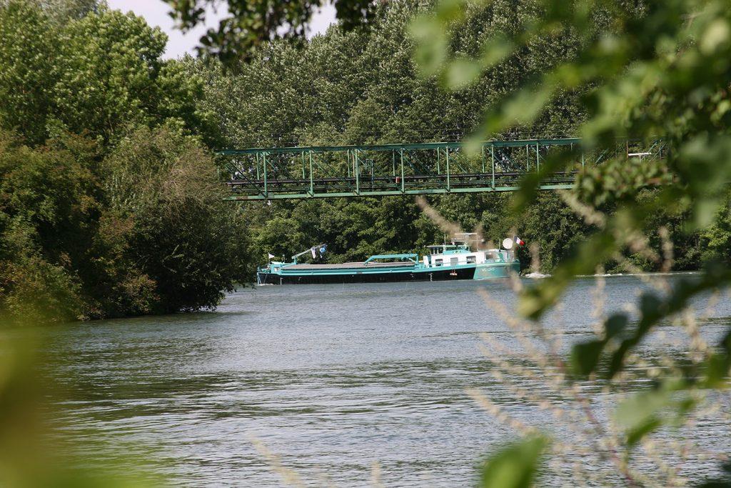 ...auf einer Passerelle über die Yonne geführt,...