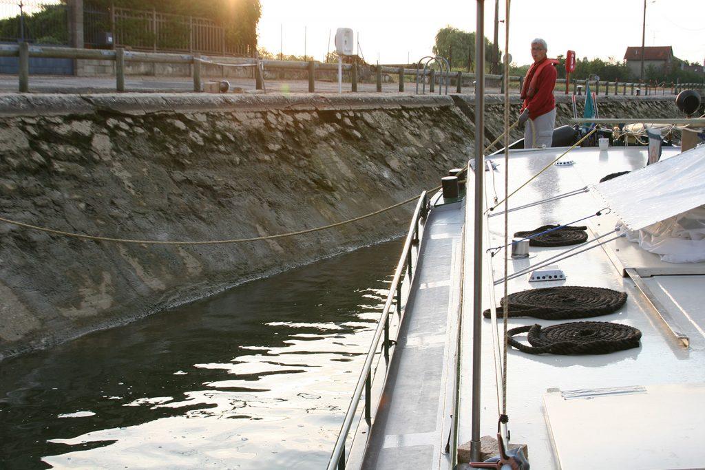 Eine Schrägwandschleuse der Yonne