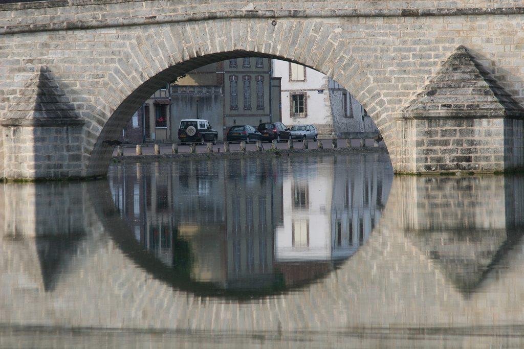 Brücke über die Yonne in Villeneuve bei Tag...