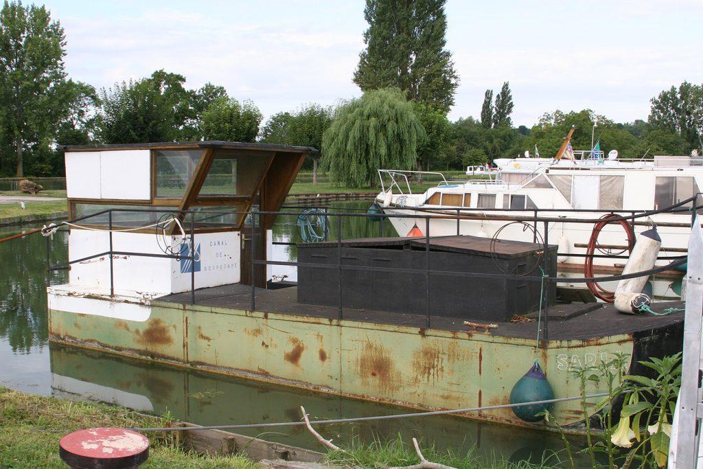 Das verkommene Schiff der Kanalbehörden hat Symbolwert