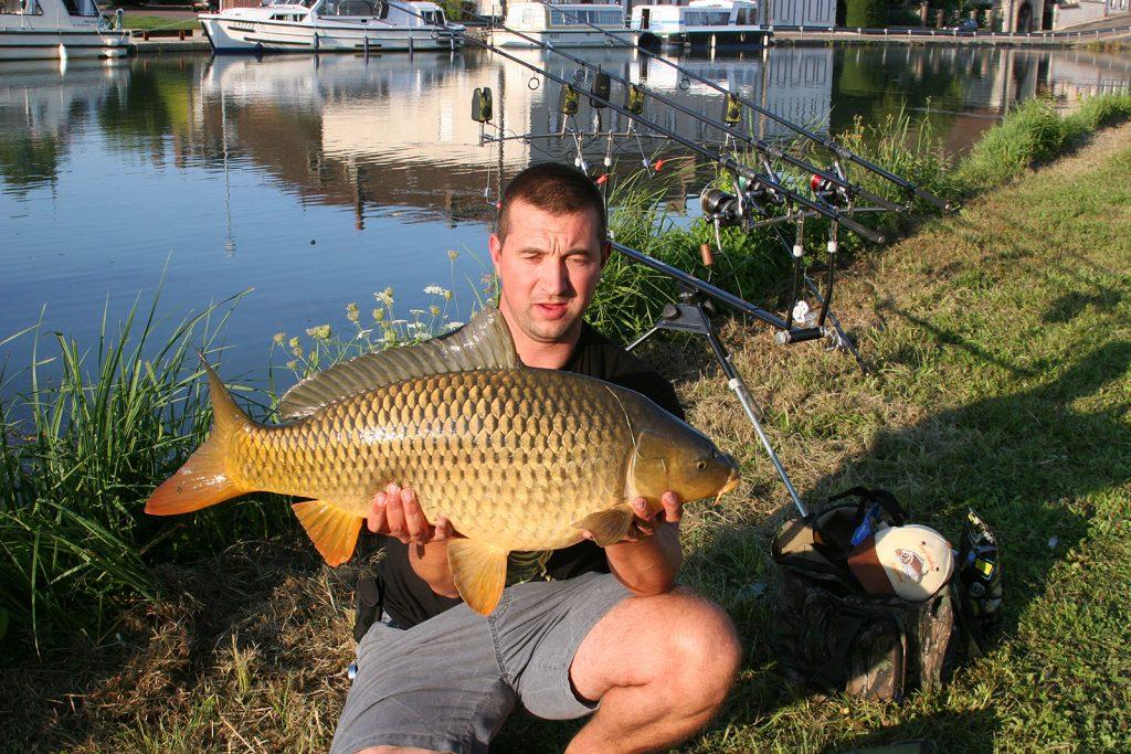 Matthieu Vanderkerckhoven mit einem Karpfen von 11 Kilogramm