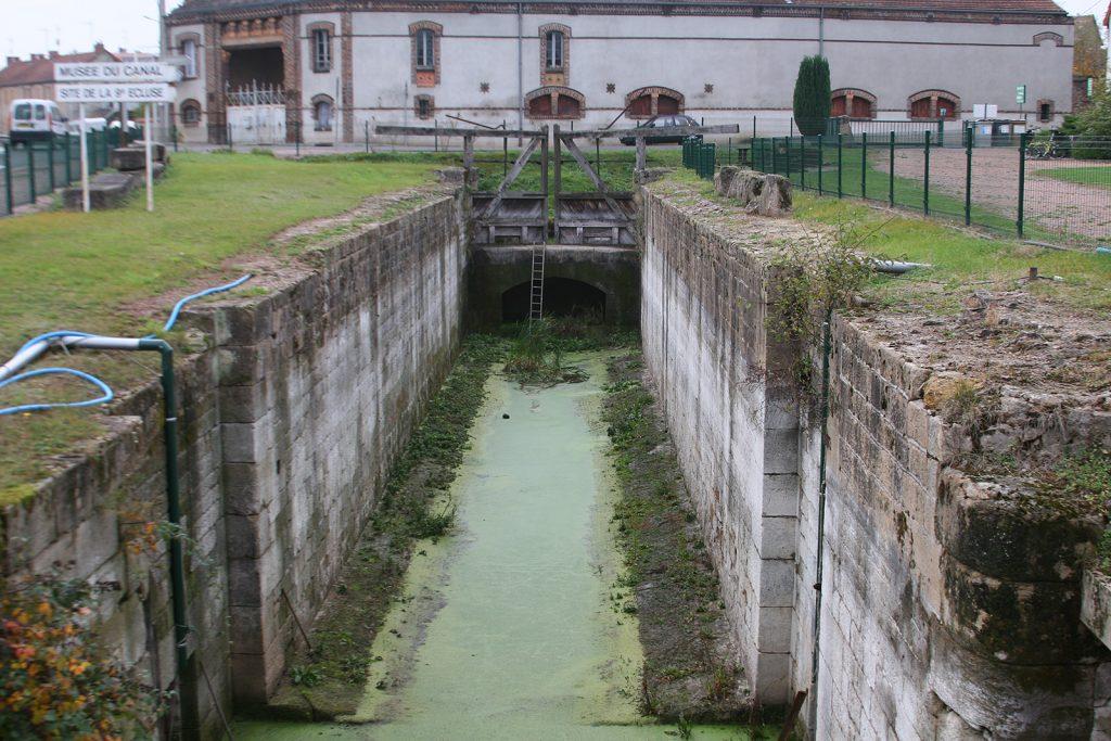 Eine wieder freigelegte Schleuse aus den Anfangszeiten des Kanals