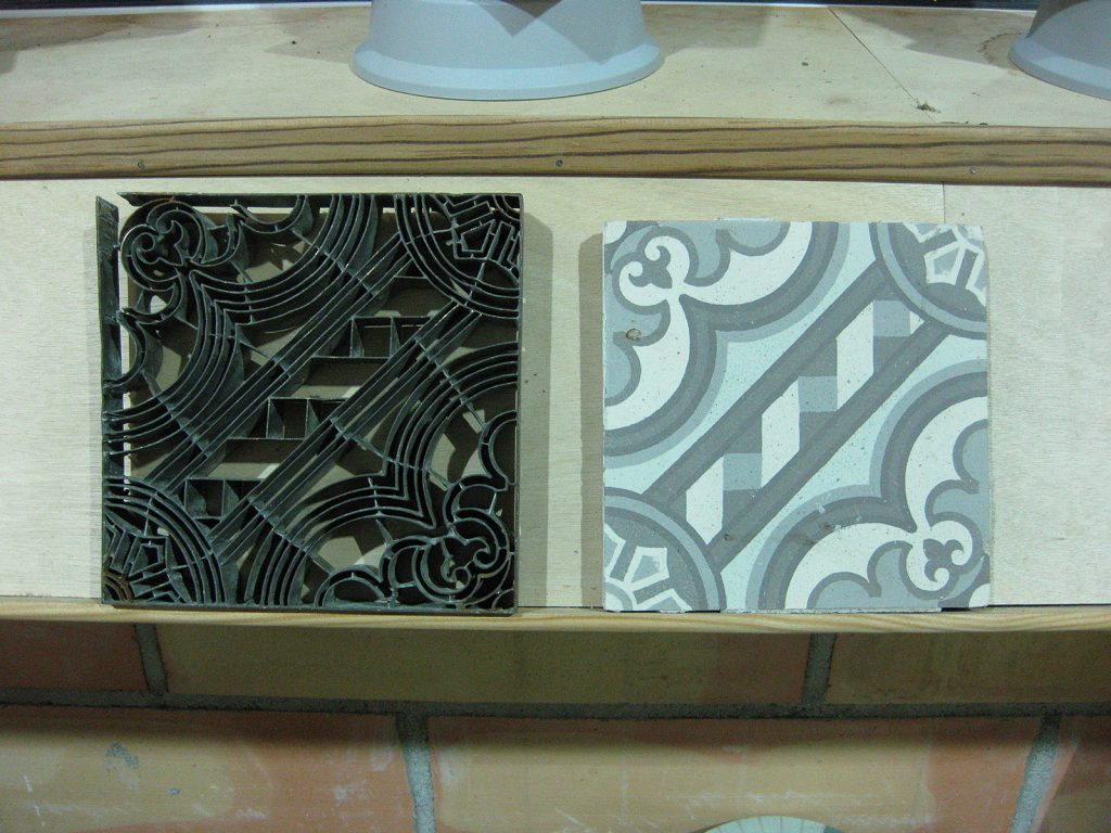 Keramikplatten und dazugehörende Messingschablone