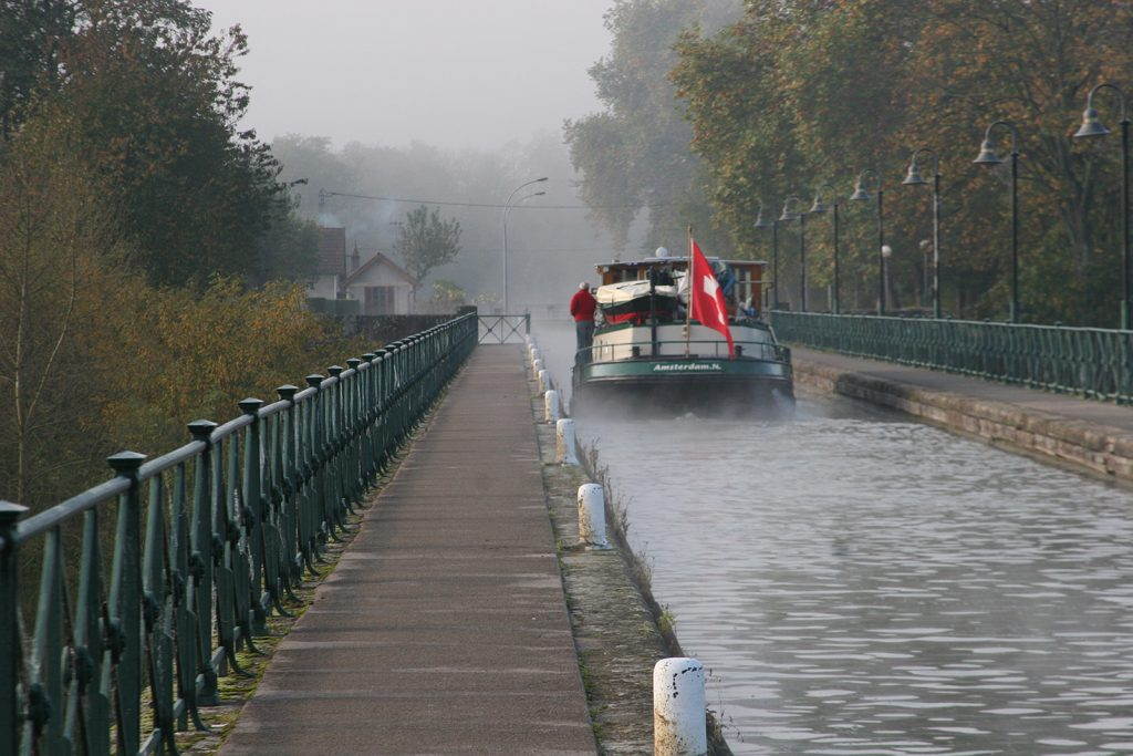 Im Morgennebel über die Kanalbrücke bei Digoin