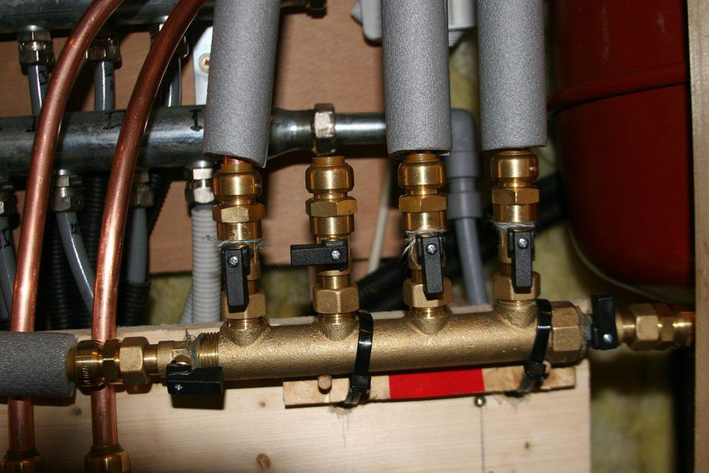 Das neue Verteilerstück für die Heisswasser-Leitungen