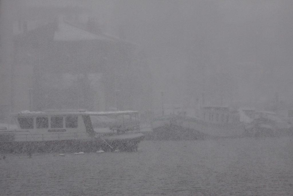 Das Hafenbecken von Roanne im fröhlichen Schneetreiben