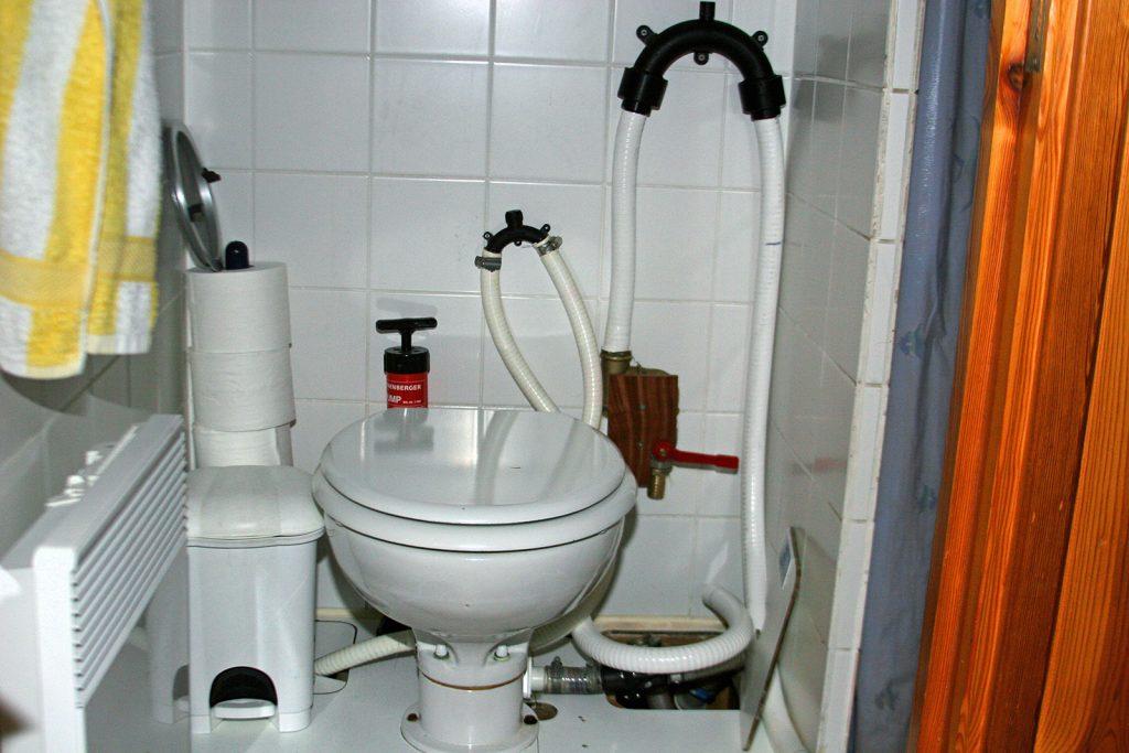 Anschluss der Toilette an den Fäkalientank