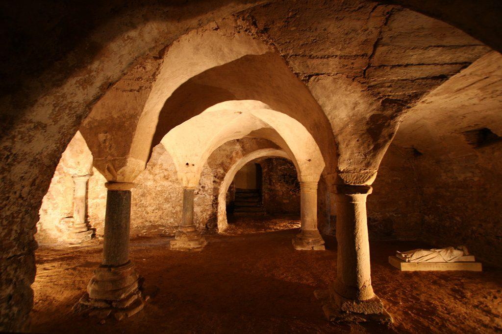 Das Grab von Hugo von Poitiers aus dem Jahre 930 in der Krypta