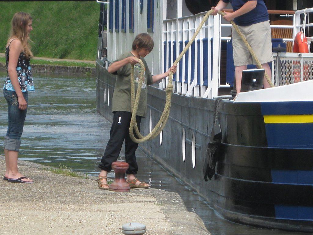 Lena und Bennet helfen einem Hotelschiffkapitän beim Anlegen
