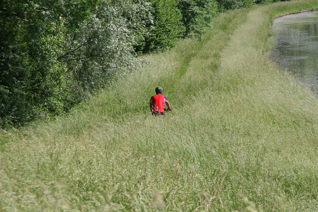 Mit dem Mountainbike auf einem Treidelpfad unterwegs