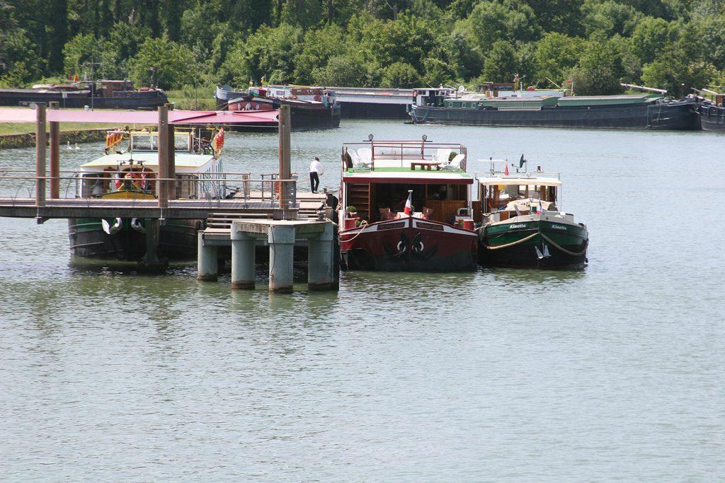 Längsseits an einem Hotelschiff auf der Seine