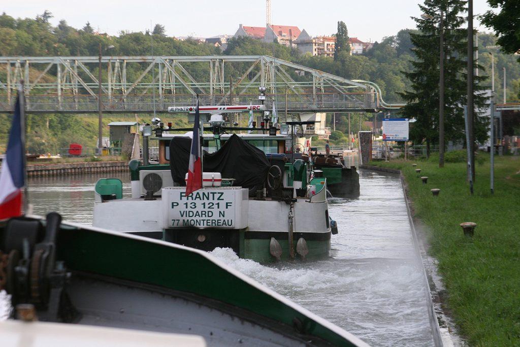 Zusammen mit der Berufsschifffahrt auf der Seine