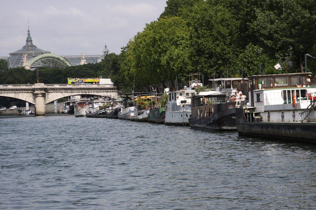Hausboote am Ufer der Seine