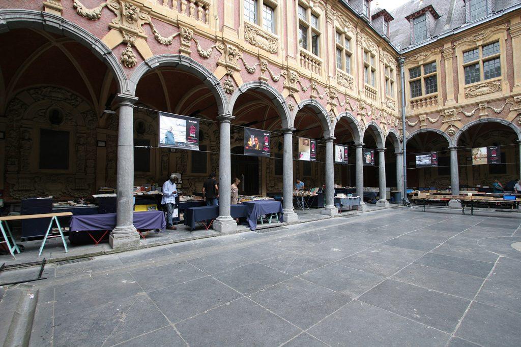 Buchmarkt im Innenhof der alten Börse von Lille