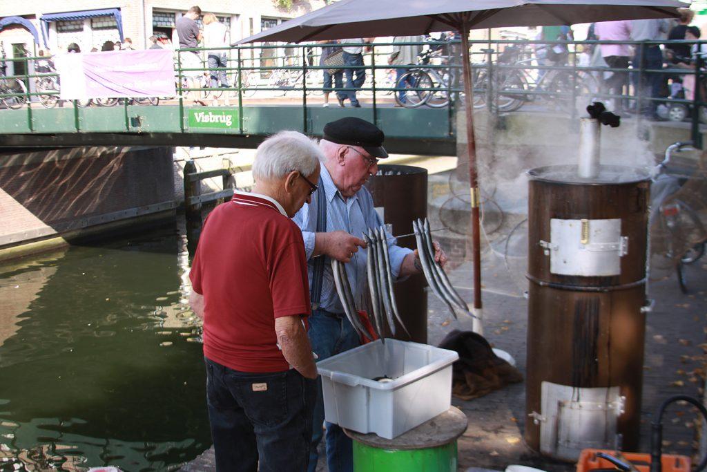 Aale werden zum Räuchern vorbereitet