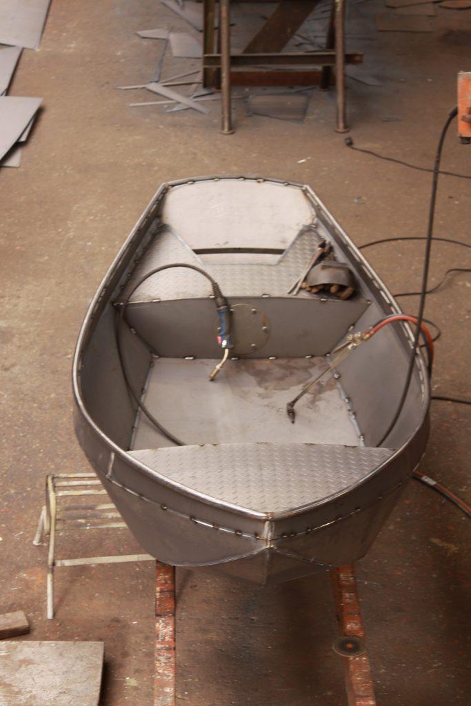 12.54 Uhr: Das Boot ist «zusammengeheftet» und bereit für die Schweissnähte