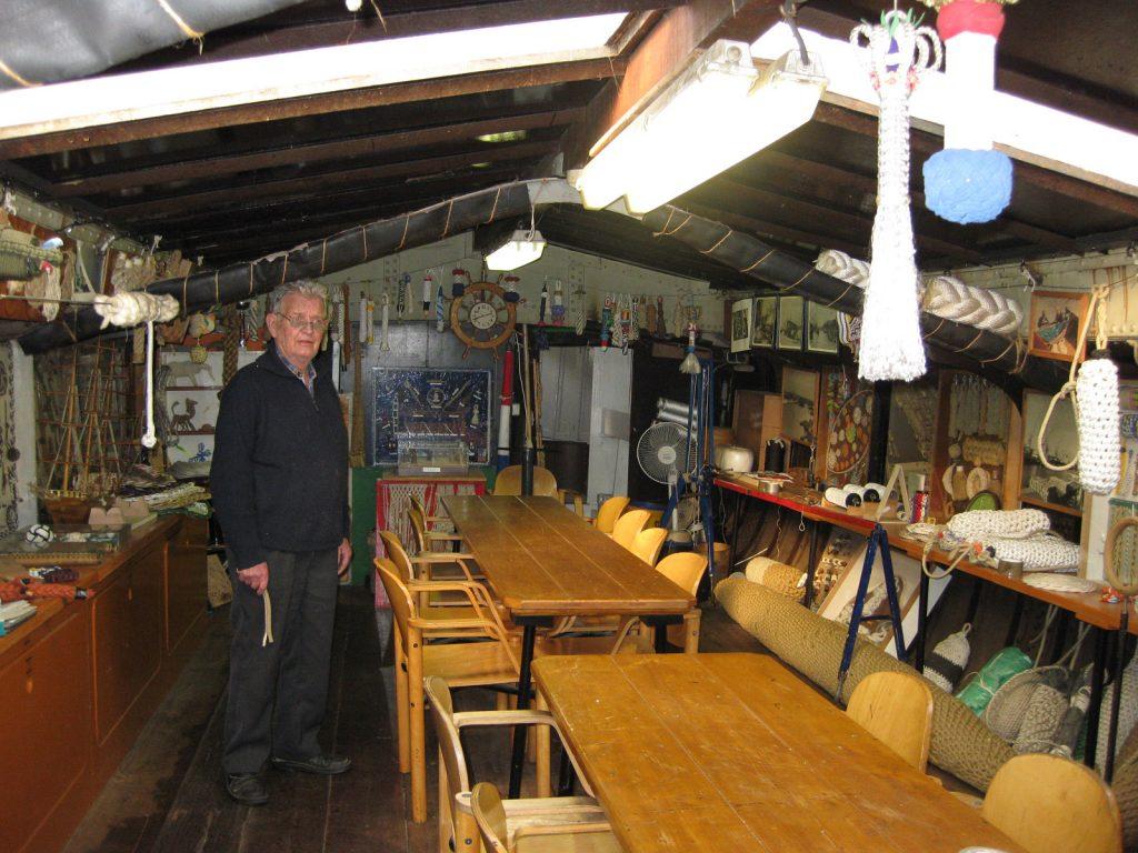 Ein Seiler und Knotenkünstler in seiner Werkstatt in seinem historischen Schiff