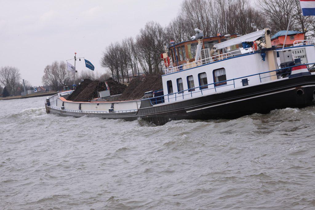 Auf dem Amsterdam-Rheinkanal kann es ganz schön schaukeln