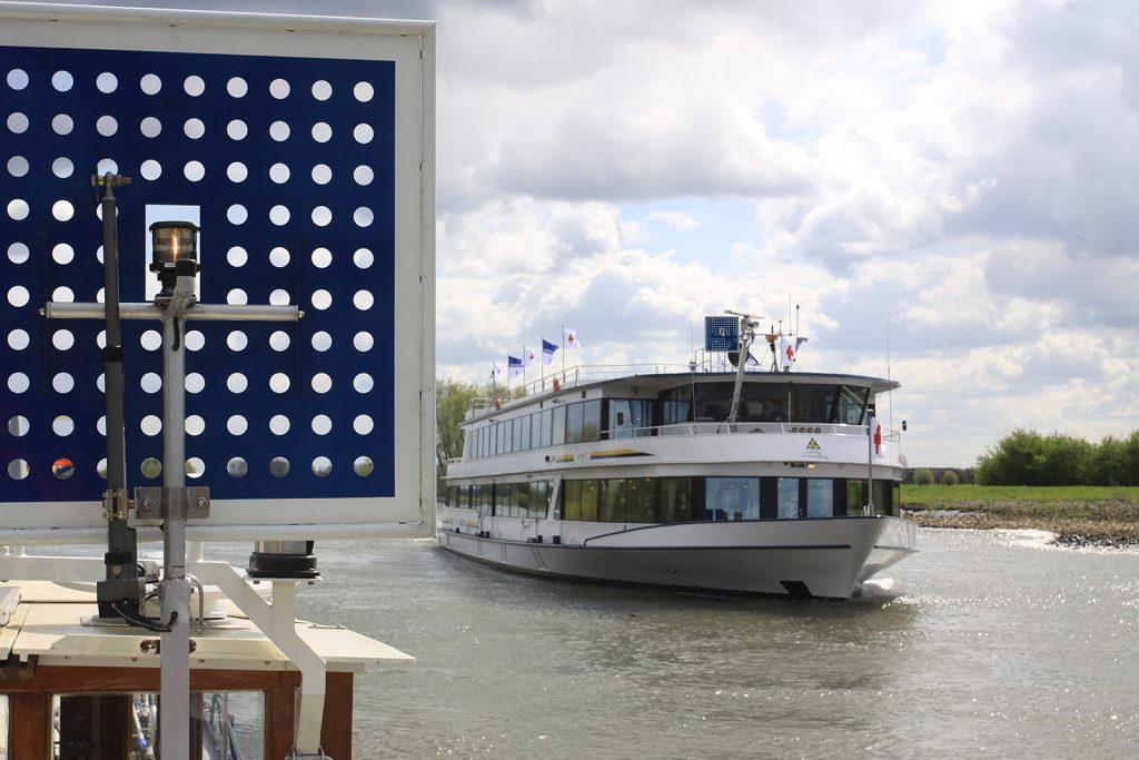 Kreuzen mit einem Hotelschiff im Linksverkehr