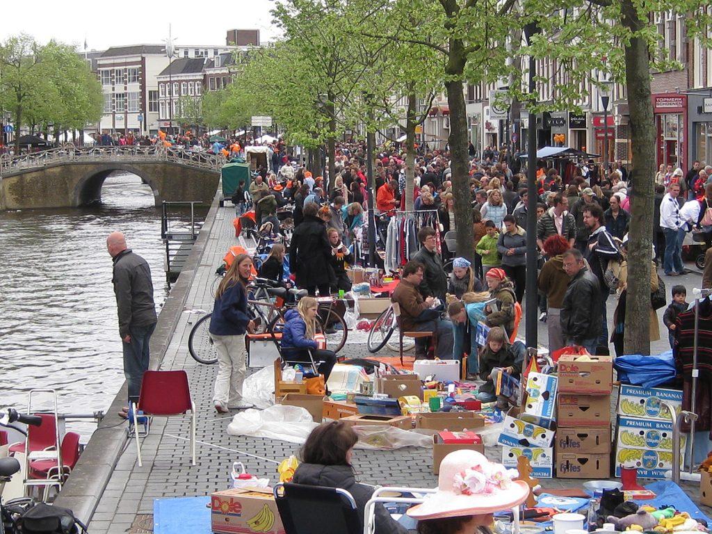 Zum Tag der Königin gehört traditionell ein gigantischer Flohmarkt