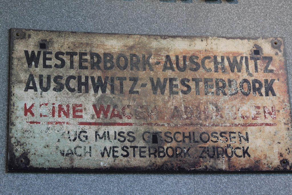 Zugbeschriftung im Erinnerungsmuseum Kamp Westerbork