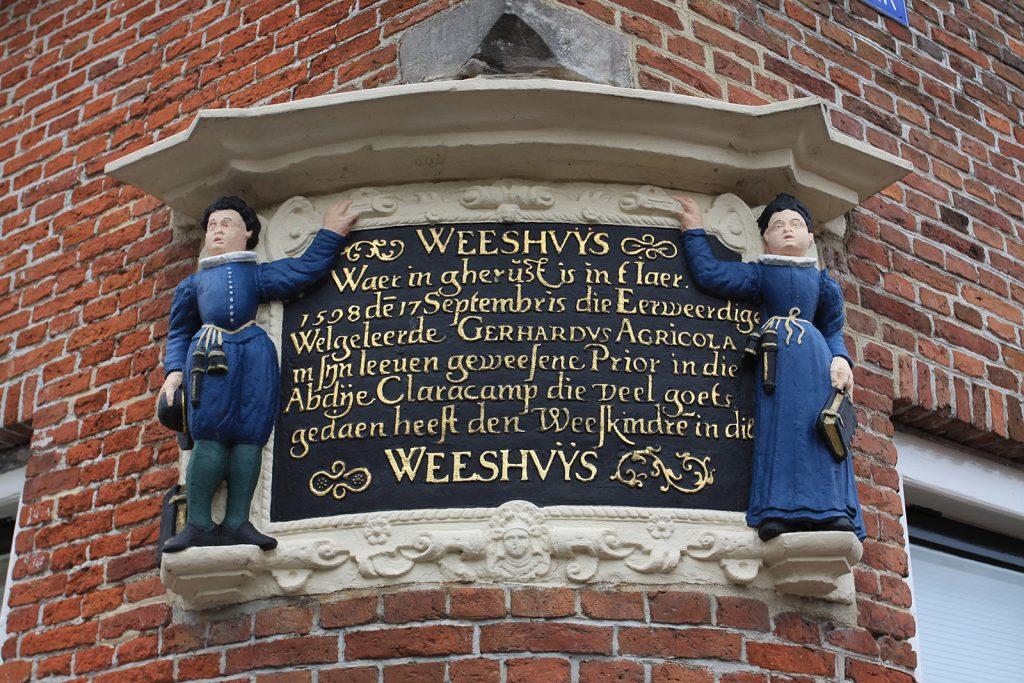 Inschrift am alten Waisenhaus in Franeker