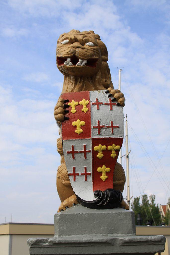 Der friesische Löwe an einer Brücke in Harlingen